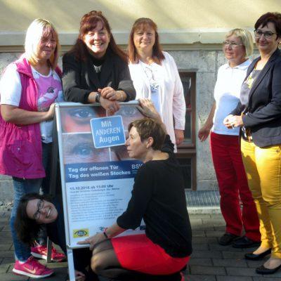 Das Team des BSVT vor dem Plakat zum Tag der offenen Tür